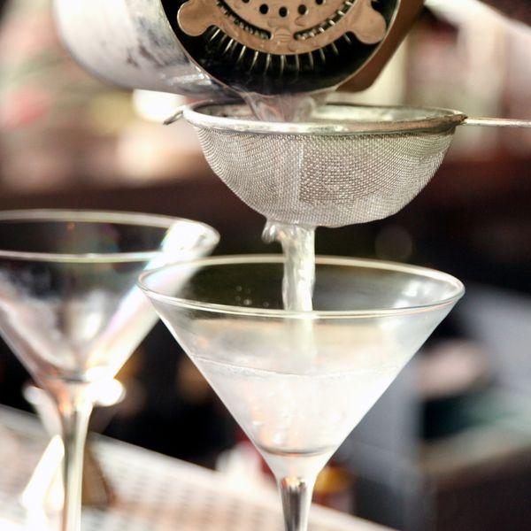 straining-cocktail